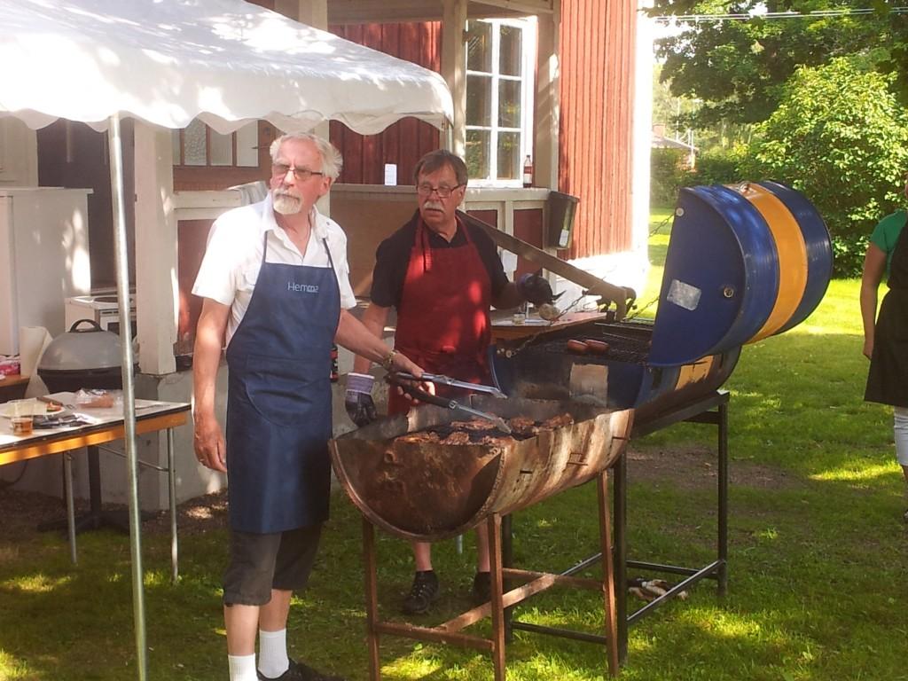 Nybble Grillfest 2013 - Grillmästarna tittar bort mot dansen, musiken och längtar...
